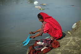 In poor communities most water sources are used for a variety of activities.: Scientists are helping planners and policymakers better understand theseMultiple Use Systems. Photo: Tom van Cakenberghe/IWMI