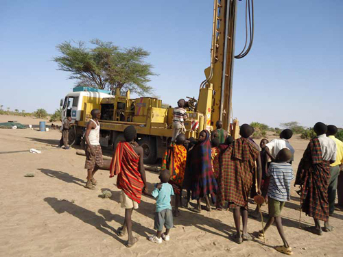 Community members gathering to a selected drilling site at Nawaitarong village.: Photograph © UNESCO/Nairobi Office